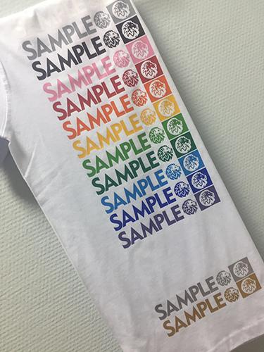 Примеры нанесения пленкой на белой футболке